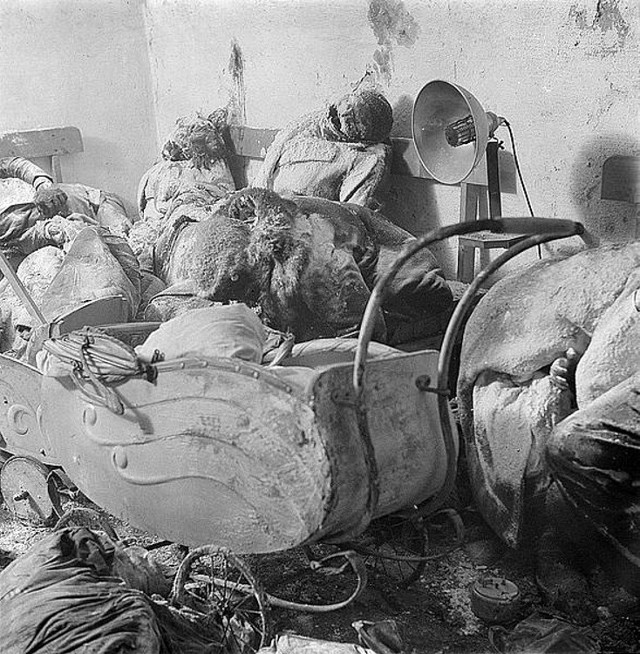 640px-After_the_Allied_terror_bombing_a_German_mother_in_death_stares_at_her_charcoaled_twins_in_a_baby_carriage